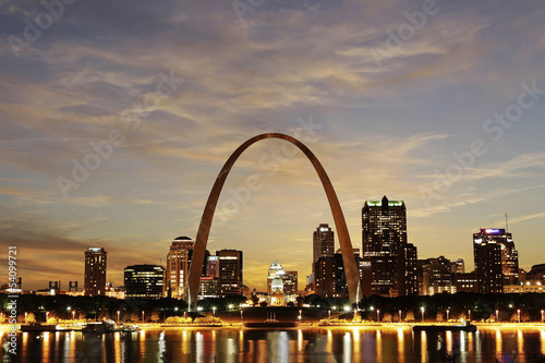 Poster Historisch mon. St. Louis Skyline at twilight, Missouri