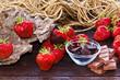 Erdbeeren und Schokolade auf Holz mit Dekoration