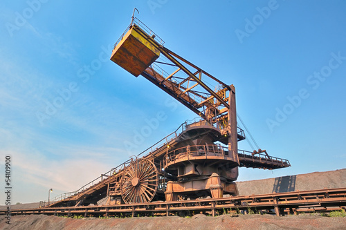 coal loading conveyor belt piles coal