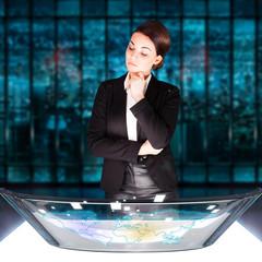 junge Geschäftsfrau am Computertisch