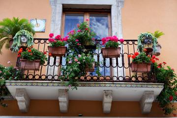 Tipico balcone con decorazioni in ceramica.Taormina