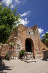 Ingresso all'antico teatro greco di Taormina.