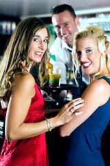 Frauen mit Cocktails in Club oder einer Bar