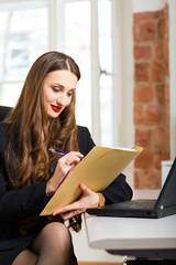Büroangestellte sitzt am Computer