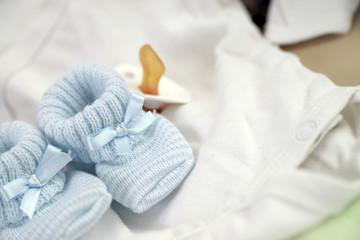 Babyschuhe und Schnuller