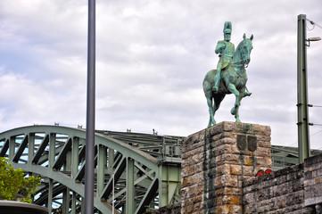 Colonia, el puente Hohenzollern y una estatua ecuestre