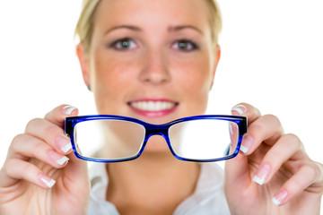 Frau hält eine Brille