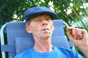 homme cinquante ans, cigarette à la bouche