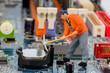 Arbeiter repariert Computer Platine