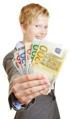 Frau hält Fächer aus Euro-Geldscheinen