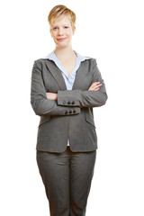 Geschäftsfrau verschränkt ihre Arme