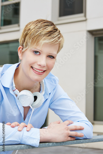 Portrait einer jungen Frau mit Kopfhörer