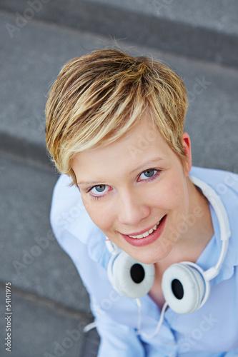 Lächelnde junge Frau mit Kopfhörer