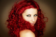 Portrait einer rothaarigen Frau mit Locken