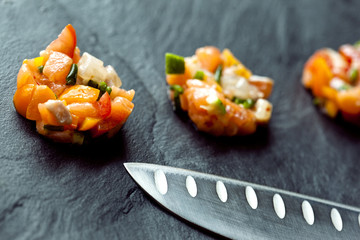 Tartare, saumon, poisson, cru, crudité, poivron, couteau