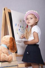 Девочка в образе художника рисует на мольберте