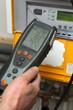 chauffagiste employant analyseur de gaz - 54161752