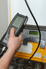 chauffagiste employant analyseur de gaz