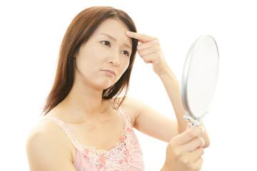 顔のシミが気になる女性
