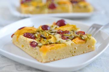 Blechkuchen mit Aprikosen und Kirschen