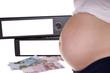 schwangere Frau mit Aktenordner und Geld