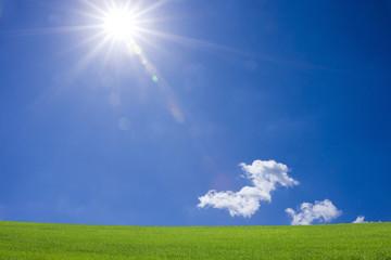 草原と青空と太陽