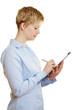 Junge Frau kontrolliert Checkliste