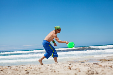 junger erwachsener sportlicher mann spielt frisby frisbee