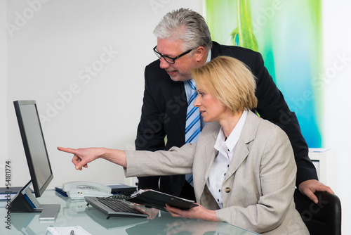 businessleute schauen auf den bildschirm