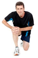 erwachsener man in sportkleidung und knieschmerzen