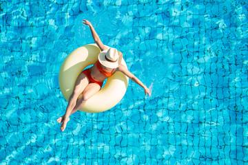 Junge Frau beim Sonnenbad im Pool
