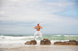 erwachsener sportlicher mann macht yoga pilates