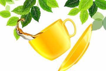 Желтая чашка чая в полете на фоне листьев