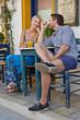 Glückliches Paar macht Urlaub im Sommer - Straßencafe
