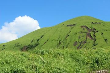 阿蘇 緑の杵島岳と夏雲