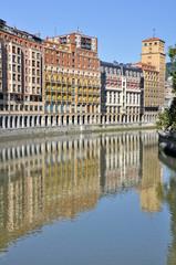 Río Nervión al paso por Bilbao (País Vasco)