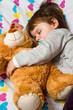 bambina che dorme con orsacchiotto