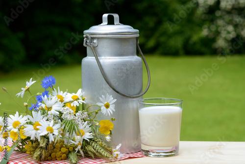 canvas print picture Kanne mit Milch und Blumen