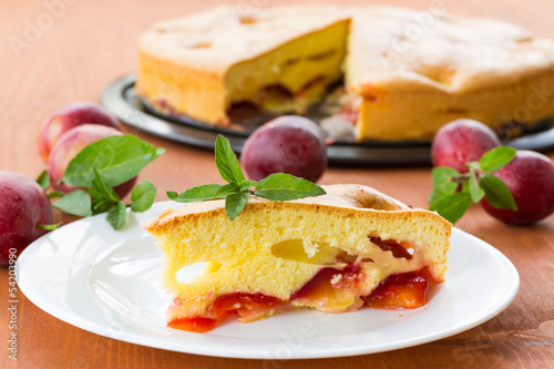 Plum pie and fresh plums