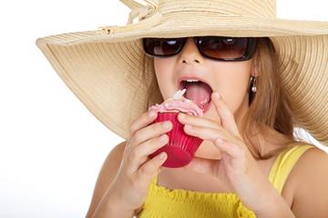 Junges Mädchen mit Cup Cake und Strand Hut