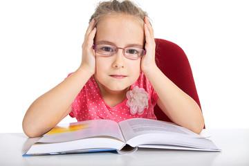 junges Mädchen mit Lehr Buch frustriert
