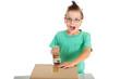 Junge klebt Karton zu