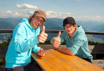 Teenager beim Bergsteigen