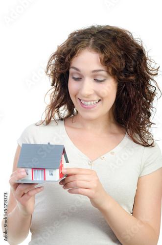 frau freut sich über das eigenheim