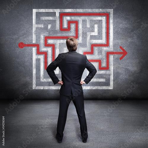 Geschäftsmann löst Labyrinth