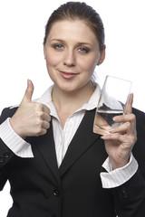 Businessfrau mit einem Glas Mineralwasser - Daumen hoch