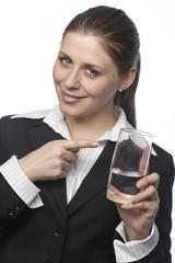 Businessfrau mit einem Glas Mineralwasser