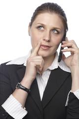 Businessfrau telefoniert in nachdenklicher Pose