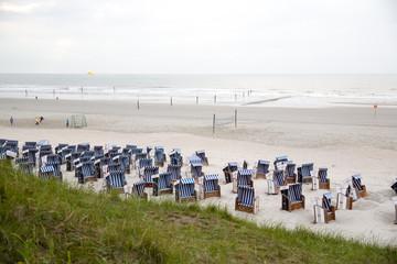 Strandkörbe am Sandstrand von Norderney, Deutschland