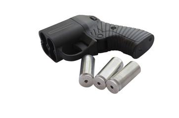 Травматический пистолет и патроны изолированно на белом фоне